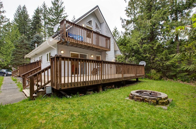 Porch,Building,Deck,Banister,Handrail