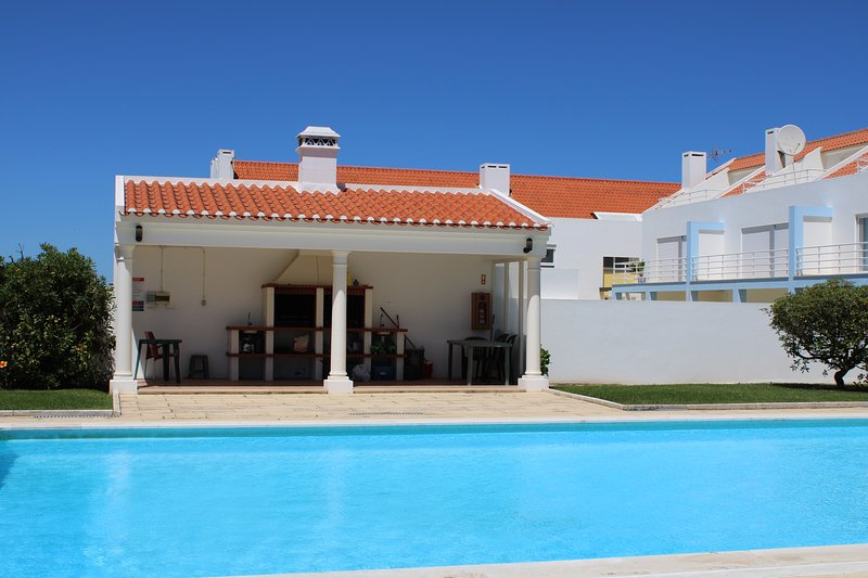 Med-style Villa Oasis, vacation rental in Seixal