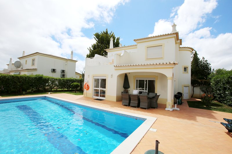 Villa Oásis, Piscina Privativa, Ténis, Jacuzzi, Parque Infantil, perto da praia!, location de vacances à Poio