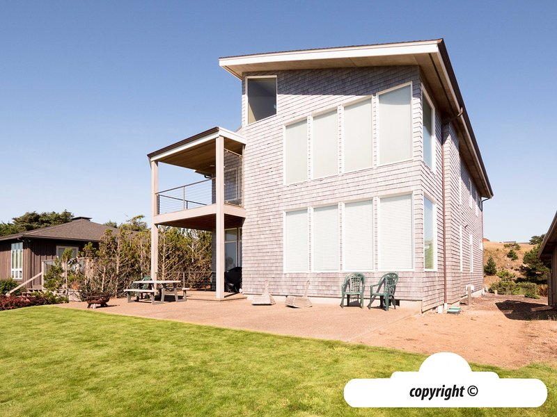 2044 Ocean Ave - MODERN MARVEL: Ocean Front, vacation rental in Gearhart