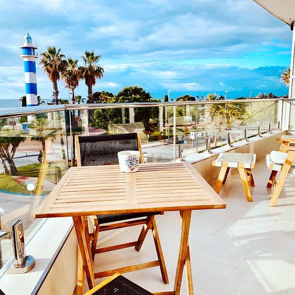 Modern strandvåning med utsikt över havet och fyren, vacation rental in Torre del Mar