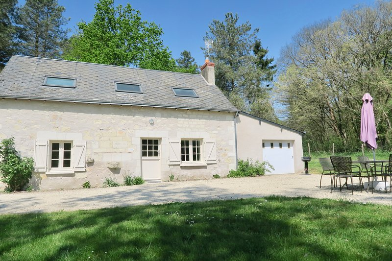 Country House La Caillère - with Private Garden and Access to Pool and Lake, holiday rental in Continvoir