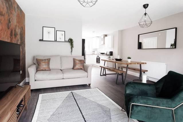 ★ 3 Bedroom Beautiful House ★ Sleeps Up to 8  ★Parking & Garden  ★ Only 10 mins, location de vacances à Wolverhampton