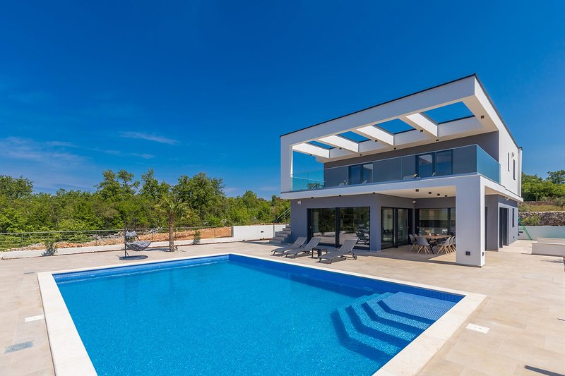 Pinezici Holiday Home Sleeps 10 with Pool Air Con and WiFi - 5823105, holiday rental in Merag