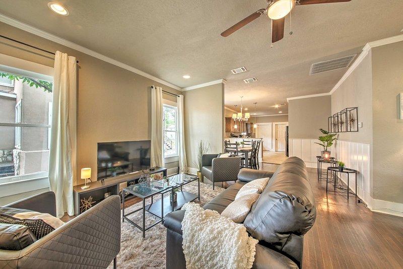 Innamorarsi con gli interni aggiornati pieni di accenti moderni di fascia alta.
