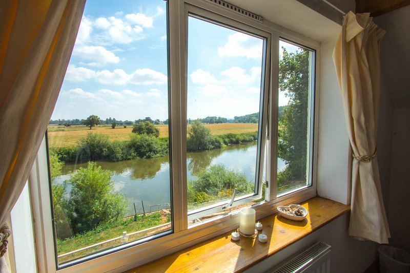 Bank Cottage - Detached Cottage on banks of River Severn - ideal for fishing, holiday rental in Uckinghall