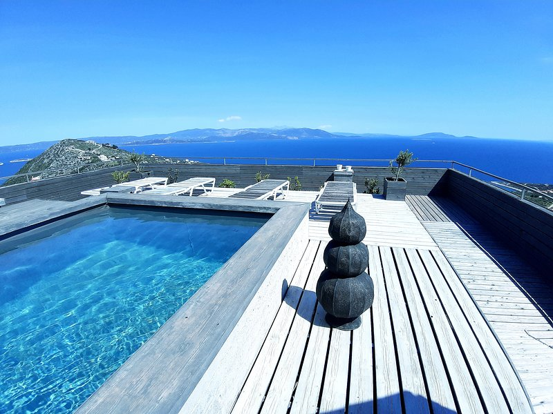 Art House near Athens  breathtaking sea view /pool on the top, location de vacances à Sesi