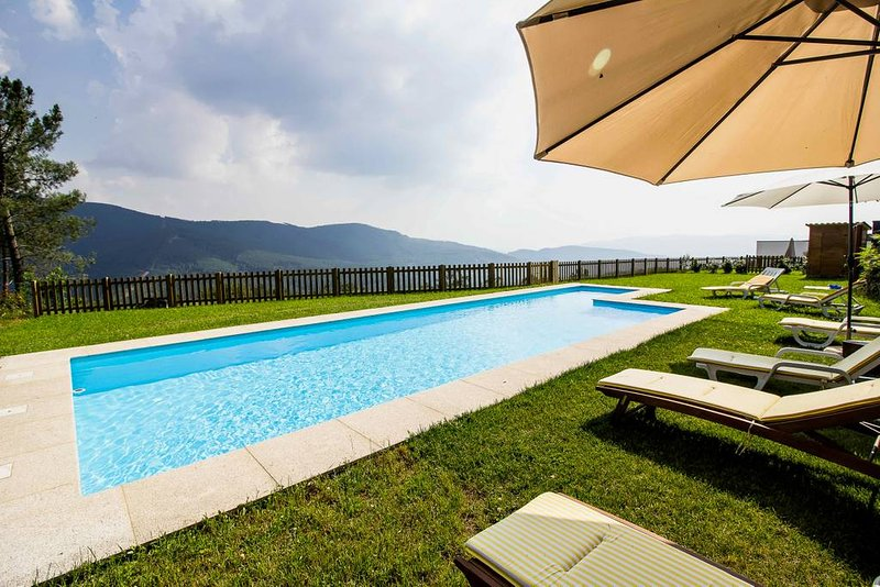 Amazing house with shared pool, location de vacances à Vila Pouca de Aguiar