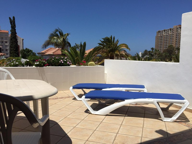 Victoria Court 1 sunny apartment, holiday rental in Los Cristianos