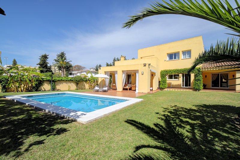 Stunning Villa 600m away from Beach, Minutes from Puerto Banus and Golf, vacation rental in San Pedro de Alcantara