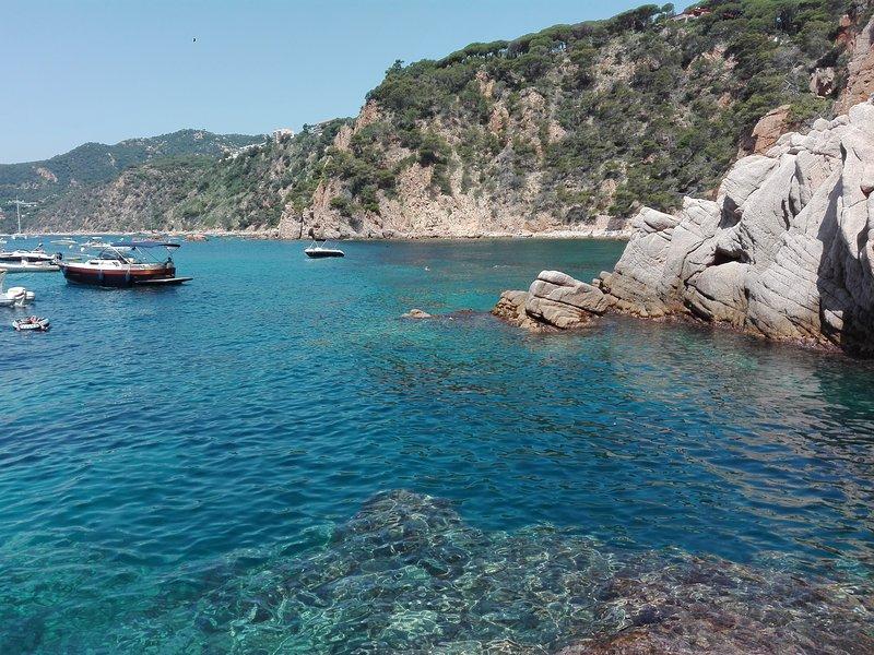 Encantador apartamento con vistas al mar y piscina, aluguéis de temporada em Sant Feliu de Guixols