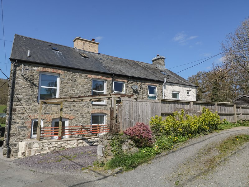 1 TAN Y GERDDI, country views, open-plan layout, electric fire, Machynlleth, vakantiewoning in Llanbrynmair