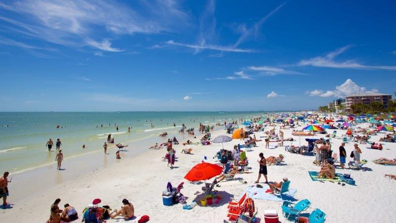 ¡Deja que las olas golpeen tus pies y la arena sea tu asiento!
