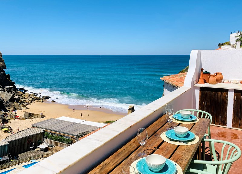 Azenhas do Mar Beach House by Lisbon Dreams Overlooking the Atlantic Ocean, holiday rental in Azoia