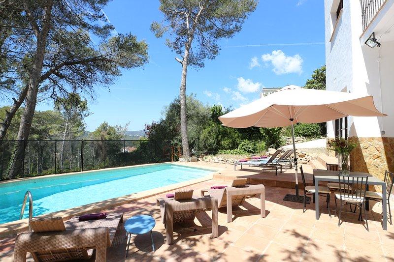 Stunning Villa Balzar with A/C, private pool sleeps up to 14, location de vacances à Sant Pere Molanta