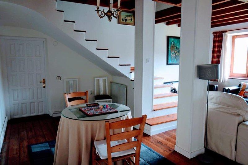 Casa independiente con jardín entre los Picos de Europa y el Mar Cantábrico, aluguéis de temporada em Tudes