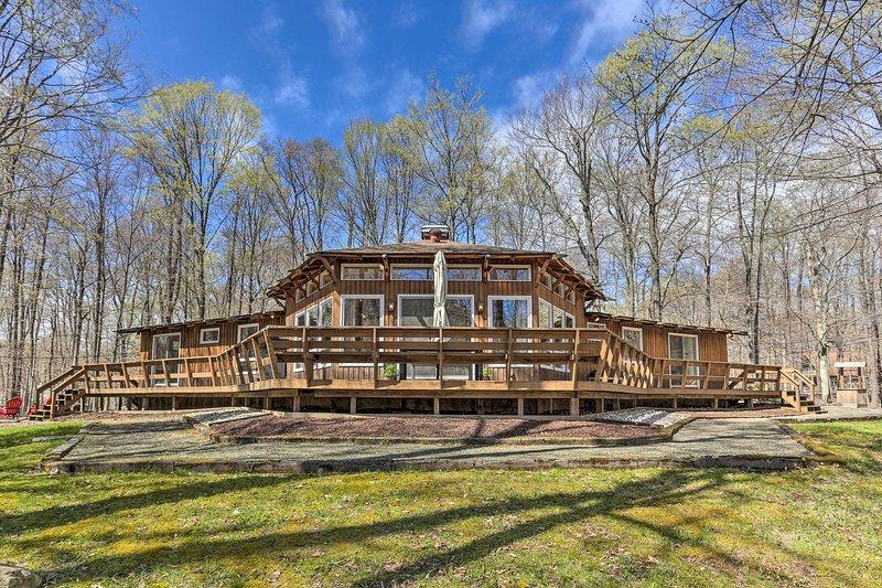 Family Home w/ Deck, Walk to Big Bass Lake!, casa vacanza a Gouldsboro
