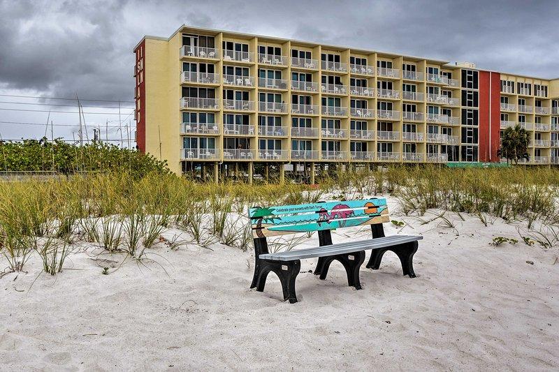 Siediti e ascolta le onde che si infrangono sulla riva.