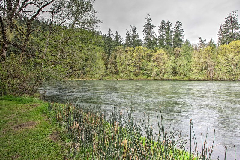This cabin is just minutes from Willamette National Forest & Marten Rapids Park!