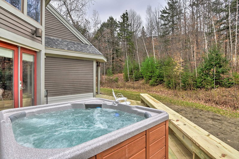 Ski-in Condo w/ Hot Tub on Burke Mtn Slopes!, holiday rental in East Burke