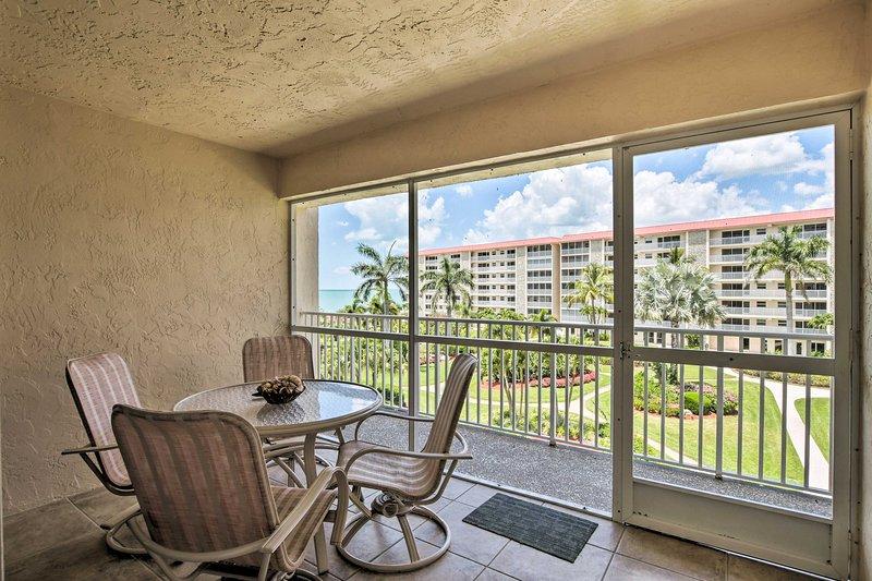 Rilassati in questo aggiornato appartamento per vacanze a 2 camere da letto e 2 bagni a Bonita Springs!