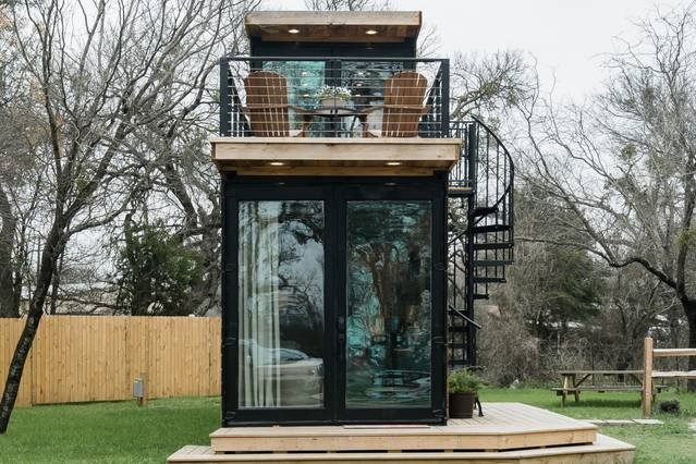 """""""The Oaks"""" Helm™ model Container Home 12 min to Magnolia Market, holiday rental in Waco"""