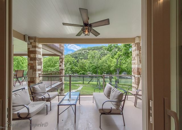 Fabulous! Guadalupe Riverfront, pool, direct river access, walk to rent tubes, holiday rental in New Braunfels