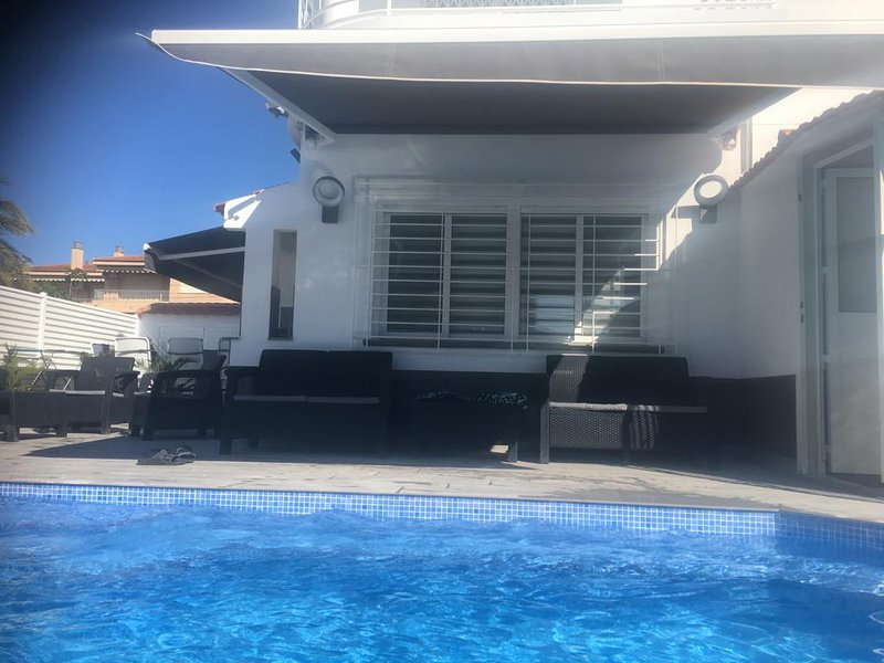 4 Bed luxury House with Private Pool, Ferienwohnung in Los Alcazares