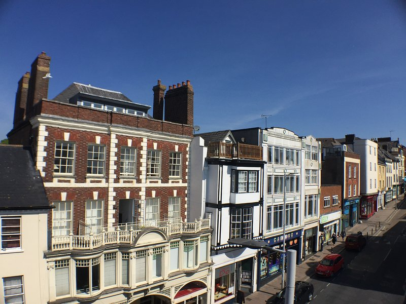 Exeter City Centre Maisonette flat with furnished roof terrace, holiday rental in Exeter