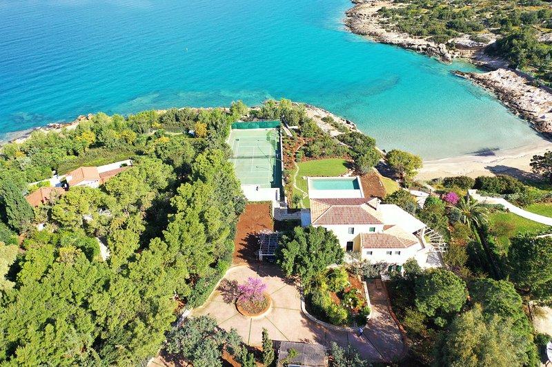 Villa Aria - Luxury Beachfront Villa with Swimming pool & Tennis Court, location de vacances à Iria