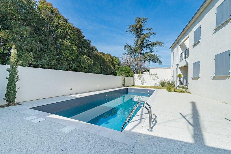 Nice apt with shared pool & terrace, location de vacances à Malaucene