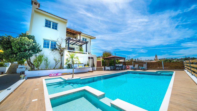 Garden Luxury Villa, 200m From Kato Stalos Sandy Beach, Chania Crete, location de vacances à Stalos