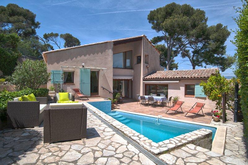 Maison de charme avec piscine à 100 m de la mer et à 150 m du port du Brusc, holiday rental in Ile des Embiez
