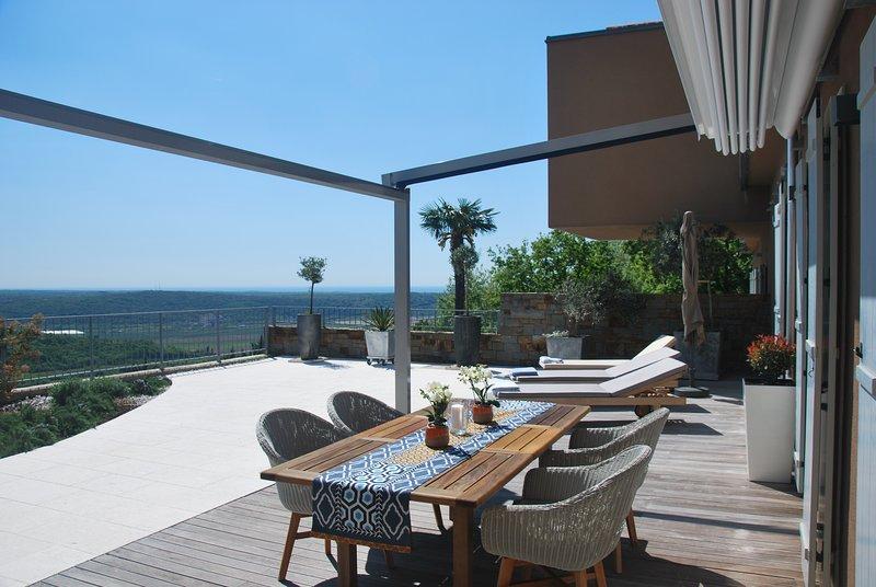 Zona pranzo all'aperto dall'alba al tramonto, con pergola automatica per rinfrescarti o per prendere il sole!