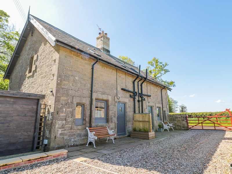 2 GRANGE COTTAGES, woodburner, hot tub, countryside, pleasant grounds, near, casa vacanza a Whittingham