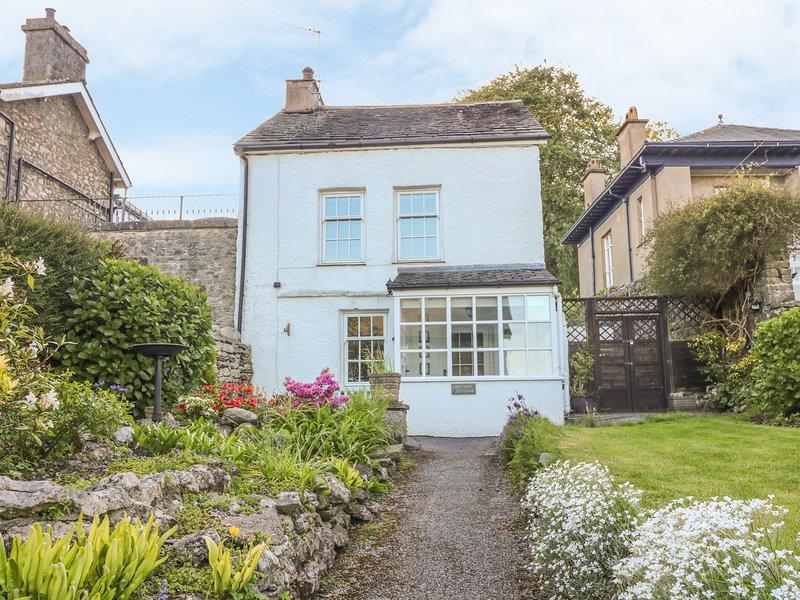 Chestnut Cottage, WiFi, hot tub in Grange-over-Sands, holiday rental in Grange-over-Sands