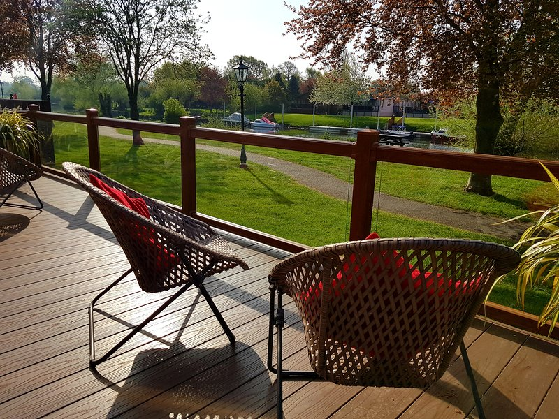 Luxury River Front Lodge, location de vacances à Tiddington