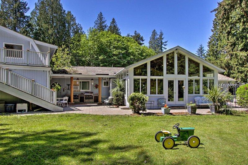 Cette maison de Poulsbo bénéficie d'une oasis privée avec un aménagement paysager professionnel.