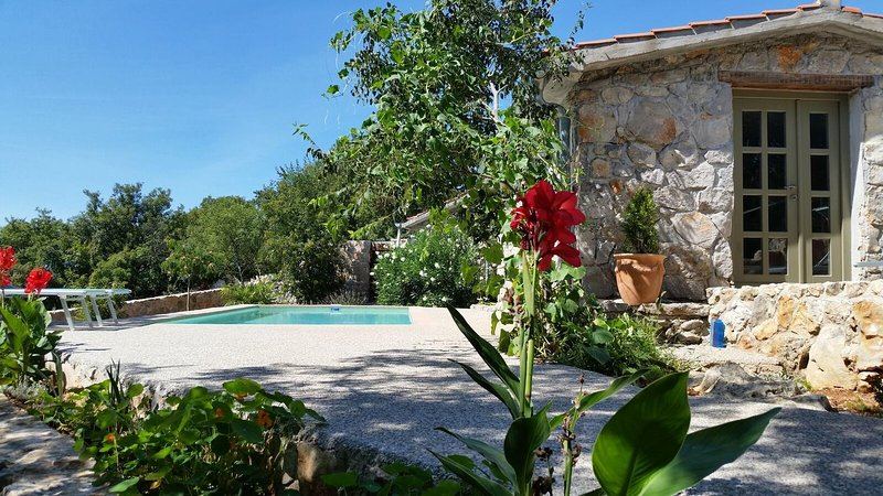 Bajcici Holiday Home Sleeps 4 with Pool and Air Con - 5793870, vacation rental in Kapovci