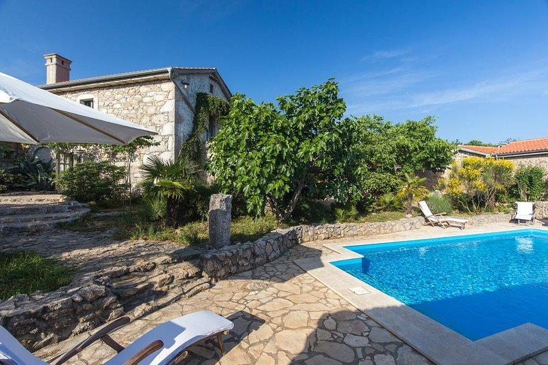 Bajcici Holiday Home Sleeps 6 with Pool and Air Con - 5793887, aluguéis de temporada em Nenadici