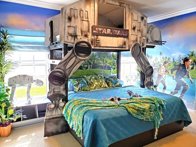 ¡Star Wars Family Suite duerme toda la familia! Cama King, litera doble, futón completo. Baby pack-n- play.