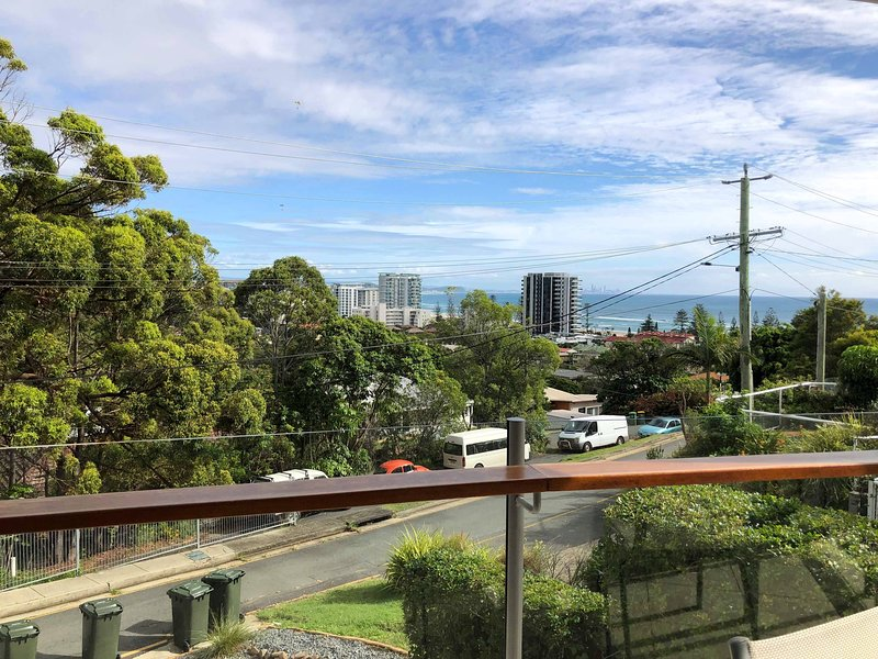 Coolangatta Apartment With Hot Tub on Balcony and Amazing Ocean & City Views, holiday rental in Coolangatta