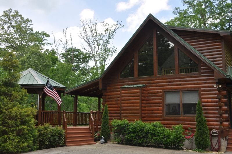 Cherokee Ridge Retreat - Mountainside Log Cabin with a Hot Tub, Wi-Fi, and View, holiday rental in Whittier