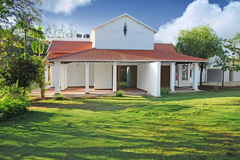 Gorgeous 10,000 sqft Luxury Villa, sleeps 12, ideal for Groups and Families, holiday rental in Bengaluru