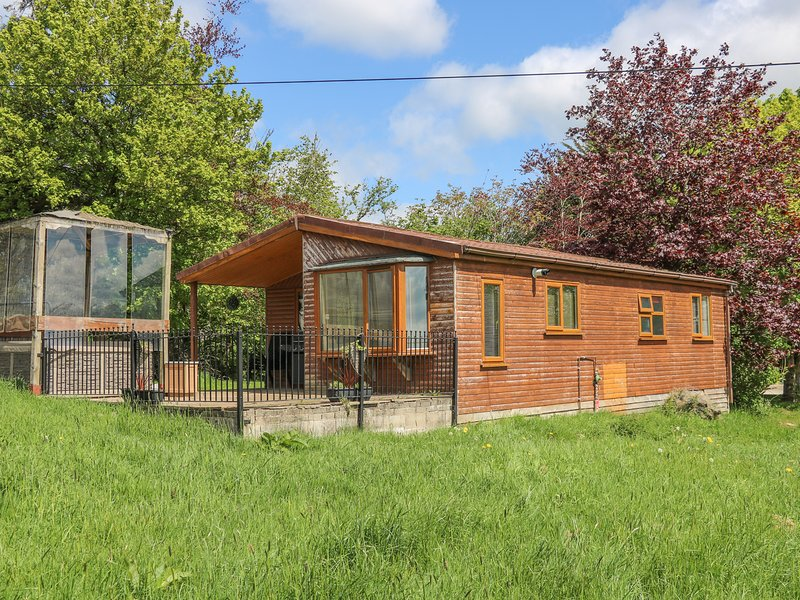 QUAKERFIELD LODGE, Electric fire, WiFi, Hot tub, Open-plan living, Romantic, holiday rental in Oswaldtwistle