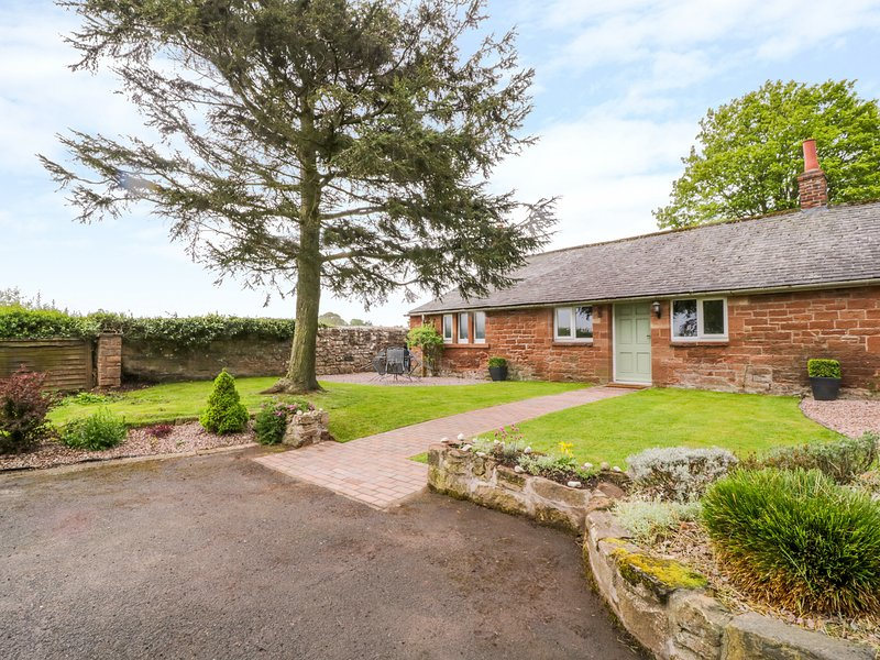 BERRYMOOR COTTAGE, hot tub, WiFi, near Wetheral, alquiler de vacaciones en Carlisle