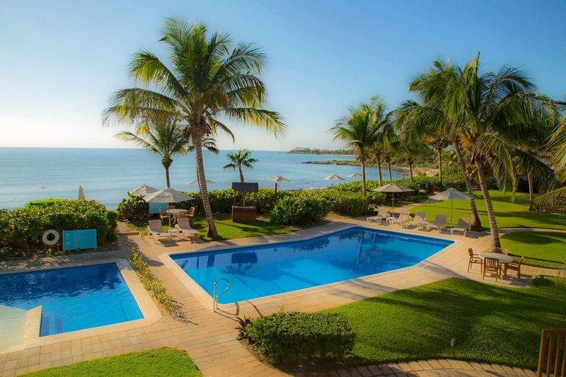 Disfrute de las magníficas vistas mientras descansa en las piscinas al aire libre del hotel.