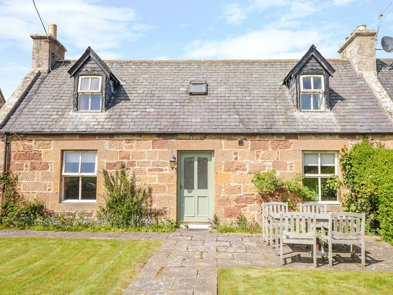 GLENMUIR COTTAGE, off-road parking, Dornoch, vacation rental in Tain