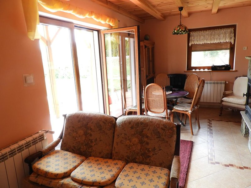 Charming summer house with access to the lake for family and couples., location de vacances à Ogonki