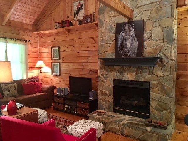 'Best in Show' Cabin near TIEC, holiday rental in Saluda